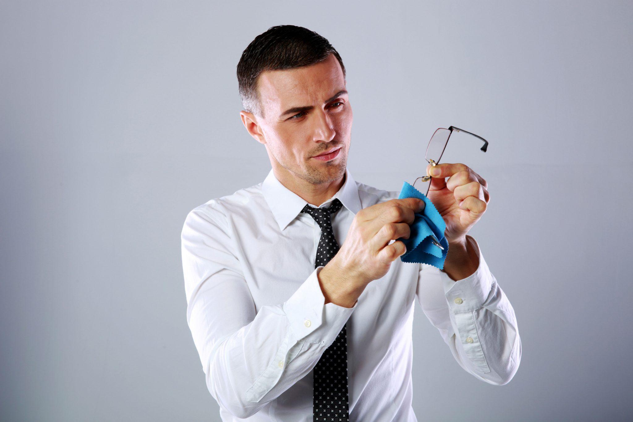 Solution nettoyante pour lentilles et chiffons en microfibre